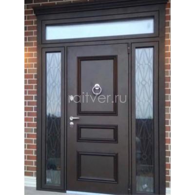Коричневая входная уличная дверь с дизайнерской ковкой и стеклопакетом