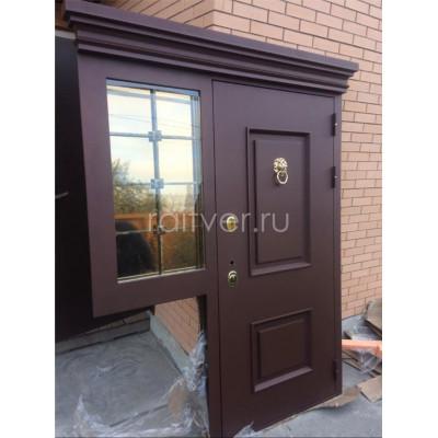 Уличная входная коричневая дверь Прадо под заказ с боковой створкой и стеклопакетом