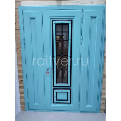 Зеленая входная дверь в дом с ковкой и стеклопакетом